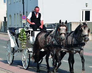 der-Hotel-Chef-auf-den-Weg-zu-einer-Hochzeit
